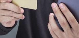 На Житомирщині після візиту друзів у чоловіка обчистили банківський рахунок